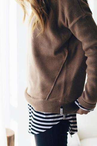 Как и с чем носить: светло-коричневый свитер с круглым вырезом, черно-белая футболка с длинным рукавом в горизонтальную полоску, черные джинсы скинни