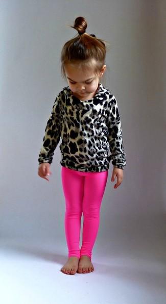 Как и с чем носить: светло-коричневый свитер с леопардовым принтом, ярко-розовые леггинсы