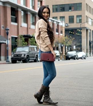 Как и с чем носить: светло-коричневый вязаный свободный свитер, синие джинсы скинни, темно-коричневые кожаные полусапоги, темно-красная кожаная сумка через плечо