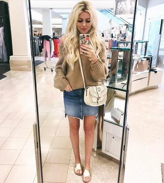 Как и с чем носить: светло-коричневый вязаный свободный свитер, синяя джинсовая мини-юбка, золотые кожаные сандалии на плоской подошве, белая кожаная сумка через плечо
