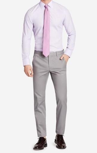 Как и с чем носить: светло-фиолетовая классическая рубашка, серые брюки чинос, темно-коричневые кожаные броги, розовый галстук