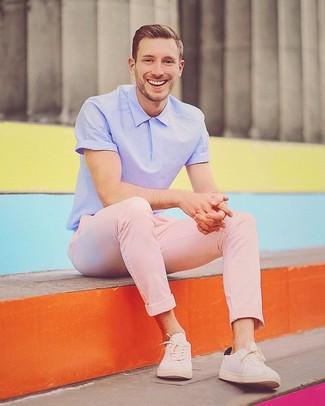 Как и с чем носить: светло-фиолетовая футболка-поло, розовые брюки чинос, бежевые низкие кеды