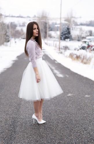 Как и с чем носить: светло-фиолетовая футболка с длинным рукавом, белая пышная юбка из фатина, белые кожаные туфли, белое кольцо