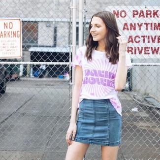 Как и с чем носить: светло-фиолетовая футболка с круглым вырезом c принтом тай-дай, синяя джинсовая мини-юбка