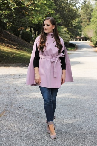 Как и с чем носить: светло-фиолетовое пальто-накидка, черный свитер с круглым вырезом, темно-синие джинсы скинни, серые кожаные туфли