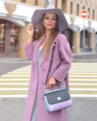 Как и с чем носить: светло-фиолетовое пальто, серое платье-футляр, светло-фиолетовая кожаная сумка через плечо, светло-фиолетовая шляпа