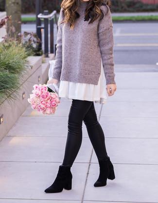 Как и с чем носить: светло-фиолетовое платье-свитер, черные кожаные леггинсы, черные замшевые ботинки челси