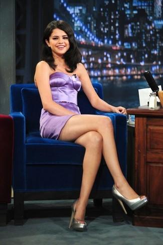 Как Selena Gomez носит Светло-фиолетовое сатиновое платье-футляр, Серебряные кожаные туфли