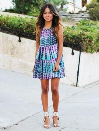 Как и с чем носить: светло-фиолетовое свободное платье c принтом тай-дай, белые кожаные босоножки на каблуке с шипами