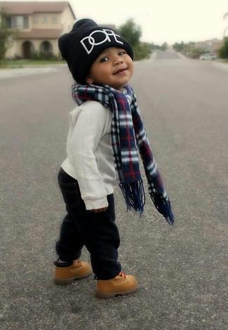Как и с чем носить: белый свитер, черные брюки, светло-коричневые ботинки, черная шапка