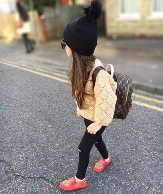 Как и с чем носить: светло-коричневый свитер, черные джинсы, красные кеды, темно-коричневый рюкзак