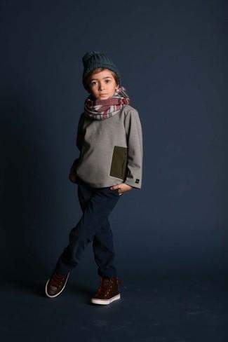 Как и с чем носить: серый свитер, темно-синие джинсы, темно-коричневые кожаные кеды, темно-зеленая шапка