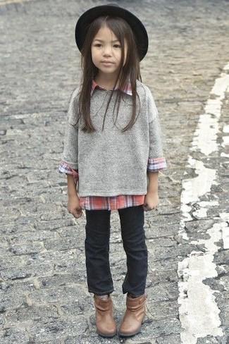 Как и с чем носить: серый свитер, красная классическая рубашка, черные джинсы, коричневые ботинки