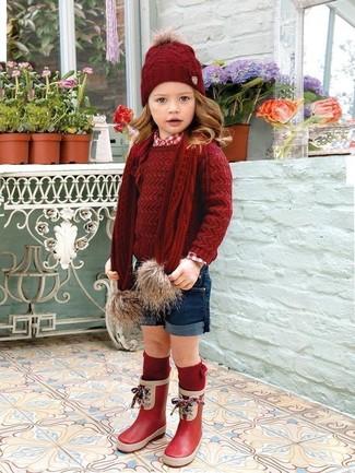 Как и с чем носить: красный свитер, красная классическая рубашка, темно-синие шорты, красные резиновые сапоги