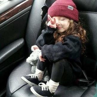Как и с чем носить: черный свитер, черные леггинсы, черные кеды, темно-красная шапка