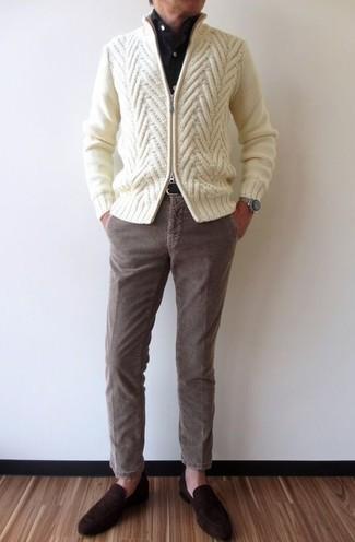 Как и с чем носить: бежевый вязаный свитер на молнии, черная классическая рубашка, коричневые вельветовые брюки чинос, темно-коричневые замшевые лоферы