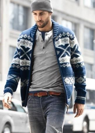Как и с чем носить: темно-синий свитер на молнии с жаккардовым узором, серый лонгслив с горловиной на пуговицах, темно-синяя футболка с круглым вырезом, серые джинсы