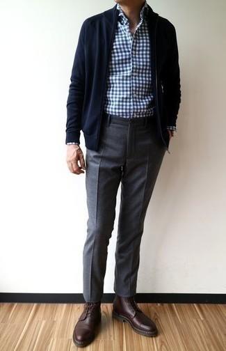 Темно-синий свитер на молнии: с чем носить и как сочетать мужчине: Темно-синий свитер на молнии и темно-серые шерстяные брюки чинос великолепно подходят для воплощения городского ансамбля как для будничных, так и для выходных дней. И почему бы не добавить в этот ансамбль на каждый день немного стильной строгости с помощью темно-красных кожаных повседневных ботинок?