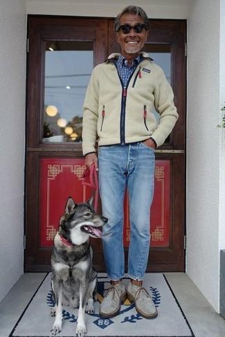 Как и с чем носить: бежевый флисовый свитер на молнии, синяя рубашка с длинным рукавом в клетку, голубые джинсы, серые замшевые ботинки дезерты