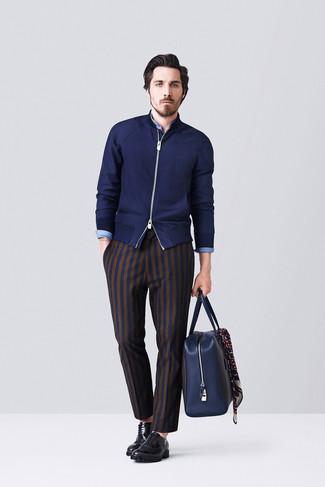 Как и с чем носить: темно-синий свитер на молнии, синяя рубашка с длинным рукавом из шамбре, темно-синие классические брюки в вертикальную полоску, черные кожаные оксфорды