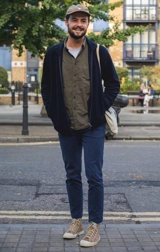 Темно-синий свитер на молнии: с чем носить и как сочетать мужчине: Темно-синий свитер на молнии и темно-синие брюки чинос будет классной идеей для расслабленного лука на каждый день. Этот образ прекрасно дополнят коричневые высокие кеды из плотной ткани.