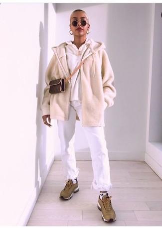 Как и с чем носить: бежевый свитер на молнии, белый худи, белые джинсы c бахромой, оливковые кроссовки