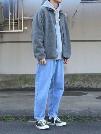 Мужские луки: Серый худи и голубые джинсы — must have составляющие в гардеробе мужчин с отменным вкусом в одежде. Пара темно-сине-белых низких кед из плотной ткани выигрышно вписывается в этот ансамбль.