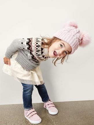 Как и с чем носить: серый свитер, белое платье из фатина, темно-синие джинсы, розовые кеды
