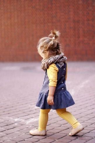 Как и с чем носить: желтый свитер, синее платье, бежевые оксфорды, серый шарф