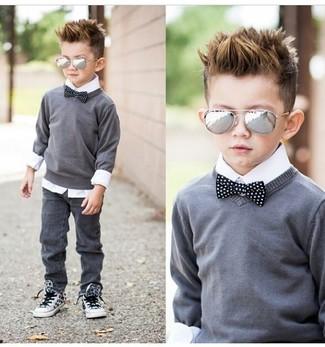 Как и с чем носить: серый свитер, белая рубашка с длинным рукавом, серые джинсы, белые кеды