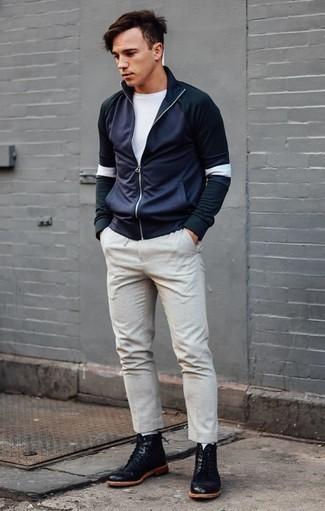 Темно-синий свитер с воротником на молнии: с чем носить и как сочетать мужчине: Темно-синий свитер с воротником на молнии и бежевые брюки чинос — must have вещи в арсенале мужчин с чувством стиля. Черные кожаные повседневные ботинки органично впишутся в лук.