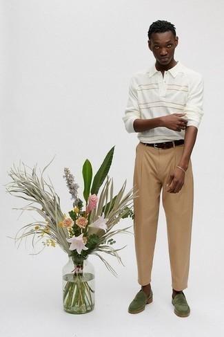 С чем носить золотой браслет мужчине: Сочетание белого свитера с воротником поло в горизонтальную полоску и золотого браслета - самый простой из возможных образов для активного досуга. Хочешь привнести сюда толику строгости? Тогда в качестве обуви к этому ансамблю, выбери оливковые замшевые лоферы.
