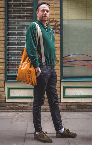 Оливковые замшевые низкие кеды: с чем носить и как сочетать мужчине: Повторить такой ансамбль из темно-зеленого свитера с воротником поло и темно-серых брюк чинос легко, главное - подобрать вещи по фигуре. Чтобы ансамбль не получился слишком претенциозным, можешь закончить его оливковыми замшевыми низкими кедами.