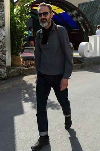 Темно-синие джинсы: с чем носить и как сочетать мужчине: Темно-серый свитер с воротником поло и темно-синие джинсы — превосходное решение для встреч с дресс-кодом смарт-кэжуал. И почему бы не привнести в повседневный лук чуточку изысканности с помощью черных кожаных туфель дерби?