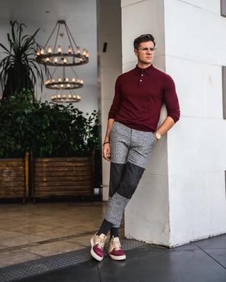 Модный лук: темно-красный свитер с воротником поло, серые спортивные штаны, разноцветные кожаные низкие кеды, золотые часы