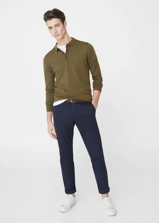 Как и с чем носить: оливковый свитер с воротником поло, белая футболка с круглым вырезом, темно-синие брюки чинос, белые кожаные низкие кеды