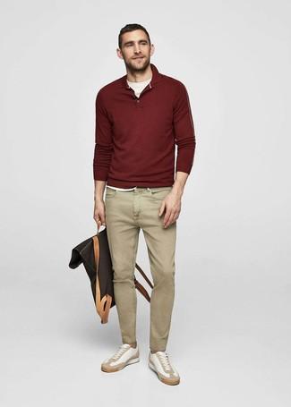 Как и с чем носить: темно-красный свитер с воротником поло, белая футболка с круглым вырезом, светло-коричневые джинсы, белые кожаные низкие кеды