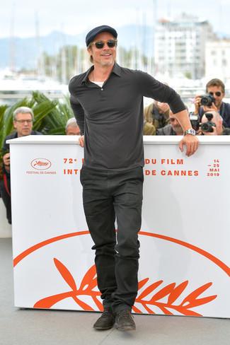 Как и с чем носить: темно-серый свитер с воротником поло, белая футболка с круглым вырезом, темно-серые джинсы, темно-коричневые кожаные туфли дерби
