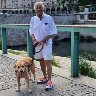Как одеваться мужчине за 60: Ансамбль из белого свитера с воротником поло и белых шорт поможет реализовать в твоем луке городской стиль современного парня. Выбирая обувь, можно немного пофантазировать и дополнить ансамбль бело-темно-синими кроссовками.