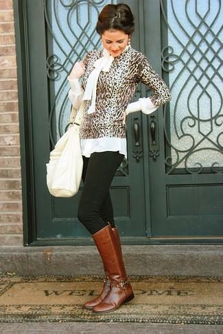 Как и с чем носить: коричневый свитер с круглым вырезом с леопардовым принтом, белая блузка с длинным рукавом, черные джинсы скинни, коричневые кожаные сапоги