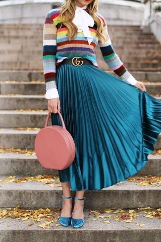 Как и с чем носить: разноцветный свитер с круглым вырезом в горизонтальную полоску, белая блузка с длинным рукавом, бирюзовая юбка-миди со складками, бирюзовые замшевые туфли