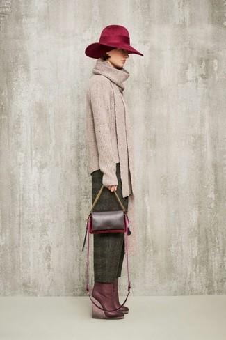 Как и с чем носить: бежевый свитер с круглым вырезом, оливковые шерстяные брюки-галифе, темно-красные кожаные ботильоны на танкетке, темно-красная кожаная сумка через плечо