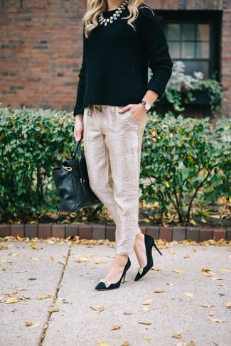 Как и с чем носить: черный свитер с круглым вырезом, бежевые шелковые брюки-галифе, черные замшевые туфли с украшением, черная кожаная сумка-саквояж