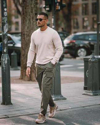 Как и с чем носить: белый свитер с круглым вырезом, темно-зеленые брюки карго, светло-коричневые кроссовки, черные солнцезащитные очки