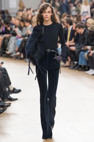 Как и с чем носить: черный свитер с круглым вырезом, темно-синие вельветовые брюки-клеш, черные кожаные туфли, черный меховой клатч