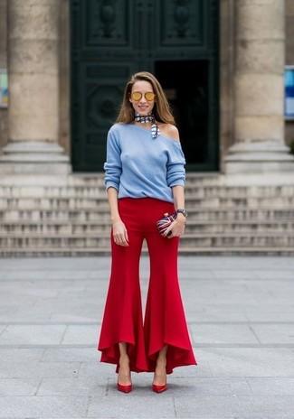 Как и с чем носить: голубой свитер с круглым вырезом, красные брюки-клеш, красные кожаные туфли, бело-красно-синий клатч