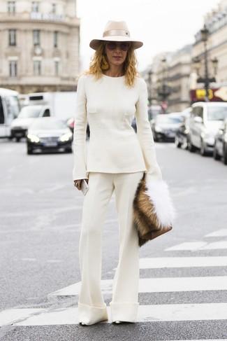 Как и с чем носить: белый свитер с круглым вырезом, белые брюки-клеш, серебряные кожаные туфли, коричневый кожаный клатч