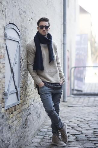 Как и с чем носить: бежевый свитер с круглым вырезом, серые брюки чинос, серые высокие кеды, темно-синий шарф
