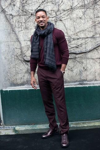 Как и с чем носить: темно-красный свитер с круглым вырезом, темно-красные брюки чинос, темно-красные кожаные высокие кеды, темно-серый шарф в горизонтальную полоску