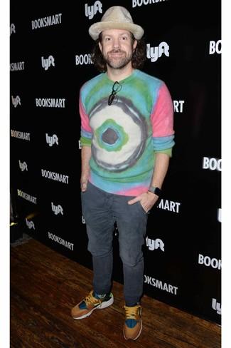 Как и с чем носить: разноцветный свитер с круглым вырезом c принтом тай-дай, темно-серые брюки чинос, разноцветные кроссовки, бежевая шерстяная шляпа